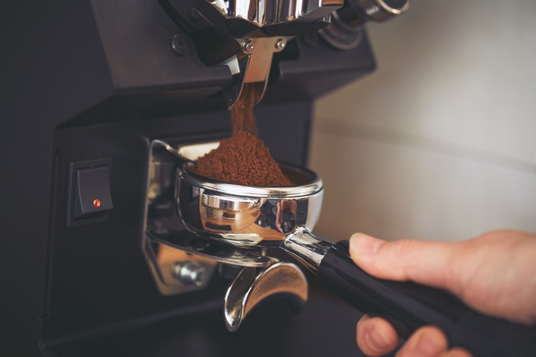 Café moulu dans une machine à expresso